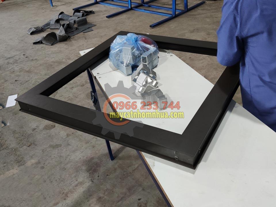 Sản phẩm khung nhôm được ghép lại kín khít sau khi cắt bằng máy cắt nhôm lưỡi 550 JIA HUA