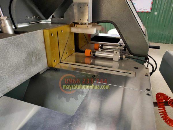 Mặt bàn máy được làm bằng thép và bộ Xilanh – Piston: Yadeke Huatong / AirTac Fato