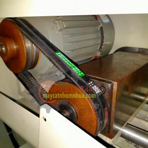 Chi tiết máy cắt nhôm 2 đầu lưỡi cắt lắp qua buli và mô tơ lắp với buli qua dây curoa