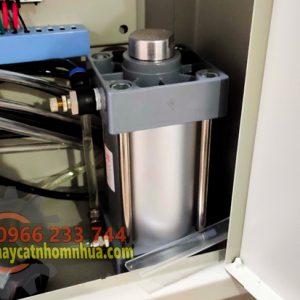 Máy được lắp thêm bộ pittong dầu giúp cho lưỡi phay di chuyển ổn định hơn không bị giật hay tốc dộ không ổn định