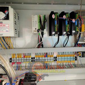 Hệ thống điện gồm thiết bị biến tần, PLC, DRIVE, bộ đổi nguồn sang 24V chống giật