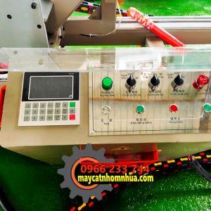 Bảng điều khiển bán tự động với màn hình cảm ứng nhập kích thước cần cắt